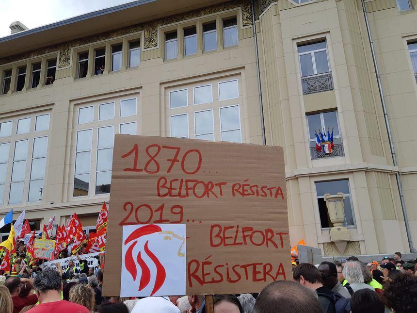 Une pancarte devant la Maison du peuple... qui n'est pas sans rappeler la devise de la Franche-Comté : COMTOIS, RENDS-TOI ! NENNI, MA FOI !