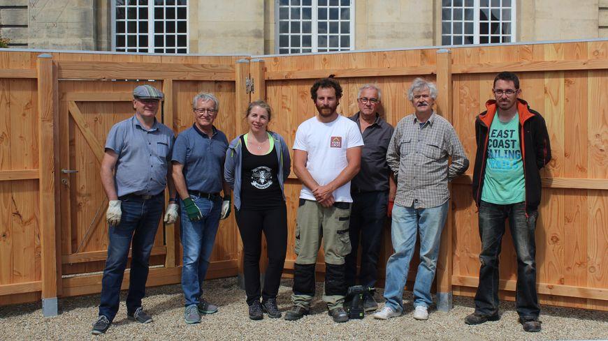 Les membres de l'association Les Petits Carrés de Caen, installent un rucher devant la mairie de Caen