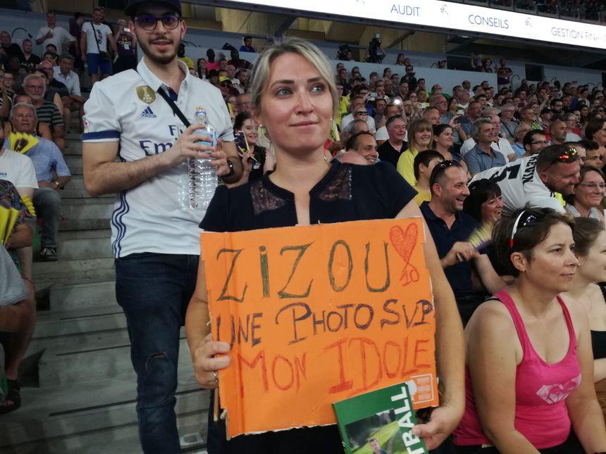 Marina a même reçu un clin d'œil quand elle a montré sa pancarte à Zinedine Zidane