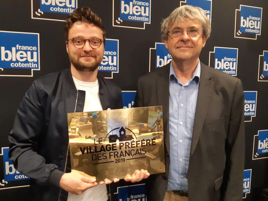 Pas peu fiers d'exhiber la plaque du Village Préférés des français le maire de Saint-Vaast-la-Hougue
