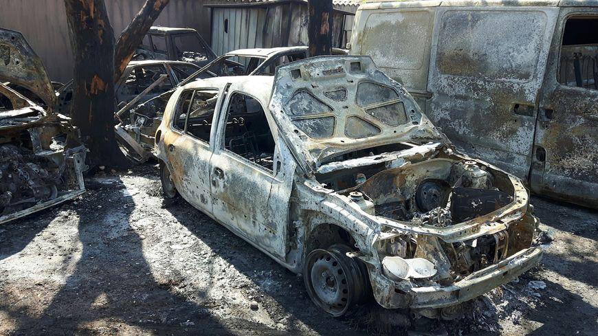 Une dizaine de véhicules d'un mécanicien ont été la proie des flammes