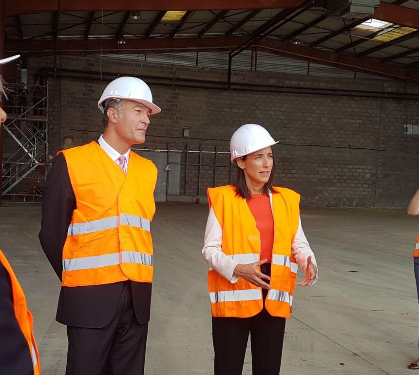 La secrétaire d'Etat à la Transition écologique Brune Poirson, accompagné du sous-préfet Thomas Michaud, vendredi sur l'ancien site de Socara à Saint-Quentin-Fallavier