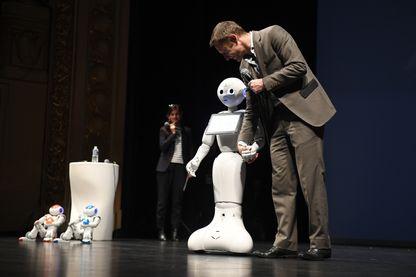 Rodolphe Gelin marche avec le robot Pepper, salon de la technologie numérique, Rennes,2017