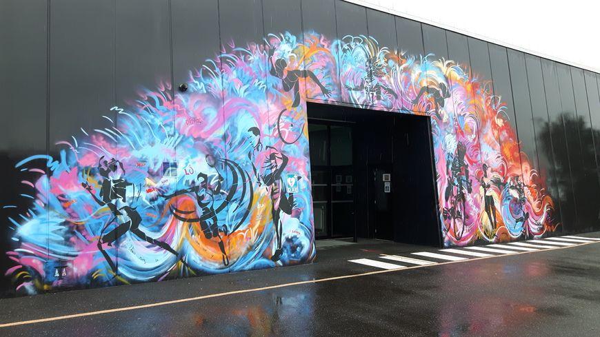 La fresque à l'entrée du gymnase