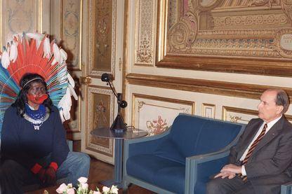 Le président de la République François Mitterrand s'entretient avec Raoni, chef des Indiens Kayapos et le leader du mouvement de défense de la forêt amazonienne, au palais de l'Elysée, à Paris, le 11 avril 1989