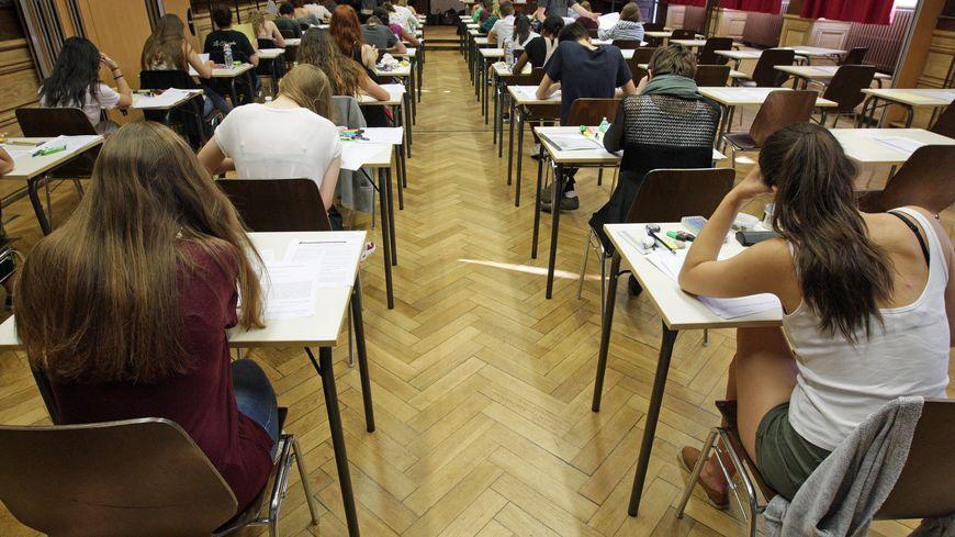 Des candidats au baccalauréat passent l'épreuve de philosophie (illustration).