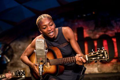 L'auteure, compositrice et chanteuse Ala.ni sur scène à Barcelone, en Espagne.