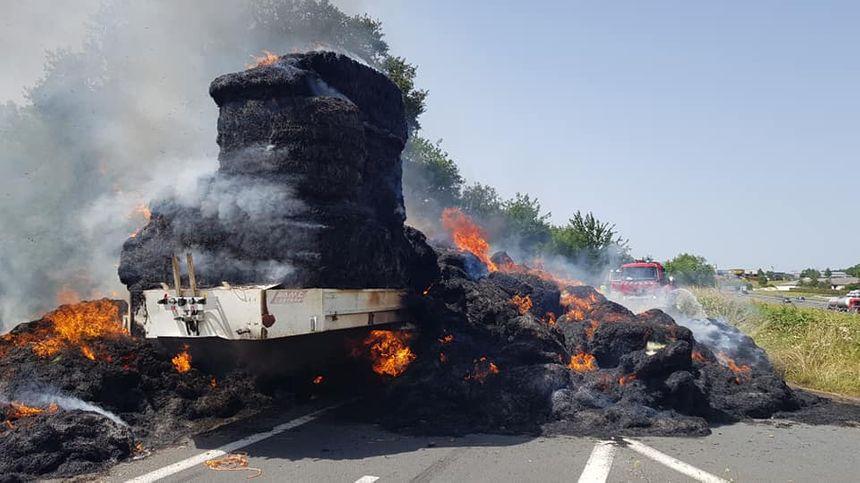 Le foin et la remorque d'un camion ont entièrement brûlé ce mercredi après-midi sur la bretelle 38 de l'A20