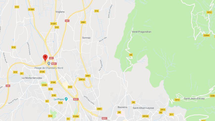 La course folle de l'automobiliste s'est stoppée nette près de l'échangeur de Chambéry Nord lorsqu'elle a percuté deux voitures