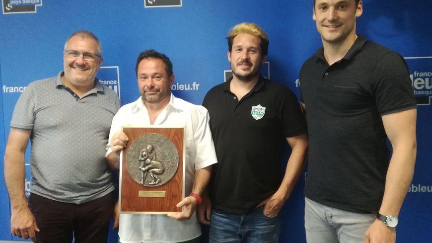 L'US Mouguerre est venu présenté son bouclier de Champion de France Excellence B dans le Pack des Sports, aux côtés de l'ancien joueur pro Paul Couet-Lannes (à droite)