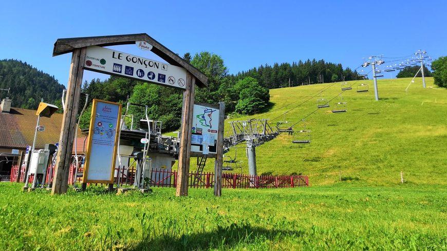 Le télésiège du Gonçon a rouvert ce dimanche, la montée coûte 5€ pour les adultes et 4€ pour les mineurs