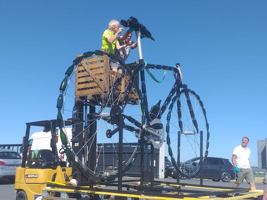 Cet énorme vélo est visible depuis la rue de Villedommange, quelques centaines de mètres après la commune des Mesneux.