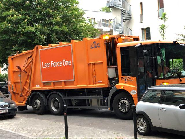 """Un camion de ramassage des ordures à Berlin avec un message humoristique sur le côté : """"Leer"""" pour """"Vide"""" suivi de """"Force One"""" tel l'avion présidentiel américain"""