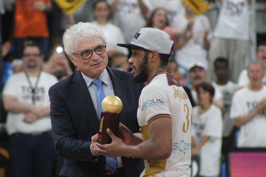 Le meneur de jeu de l'OLB, Brandon Jefferson, reçoit le trophée de meilleur joueur de ce match face à Rouen