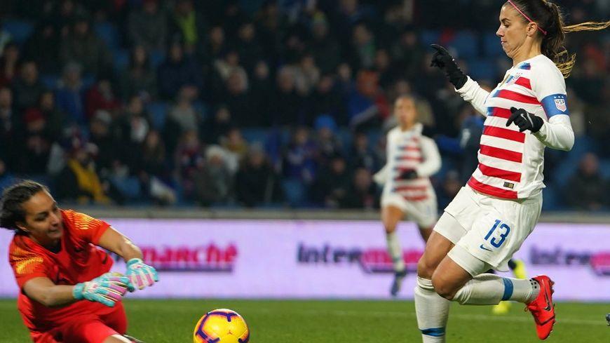 La gardienne tricolore Sarah Bouhaddi face à l'attaquante américaine Alex Morgan en janvier 2019