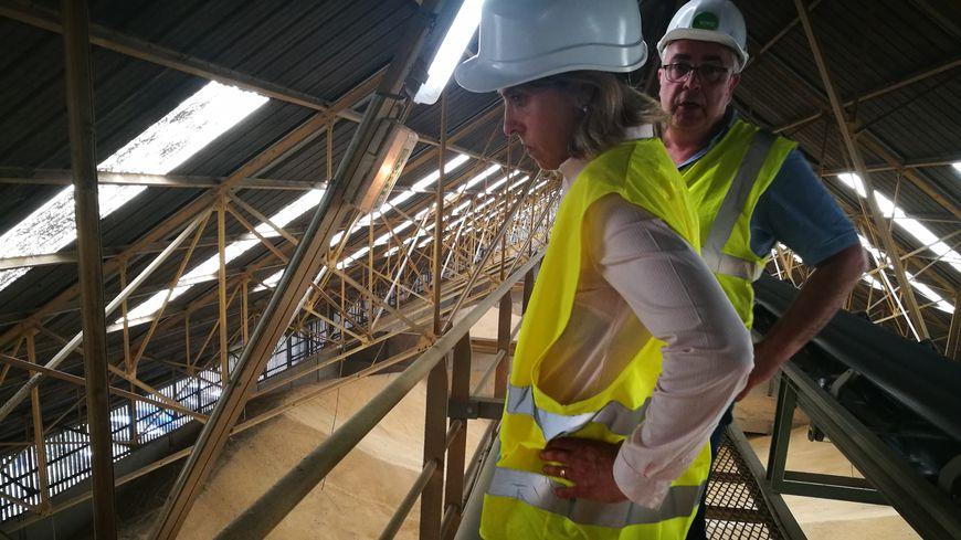 Les inspectrices de la DREAL vérifient l'état des passerelles au-dessus des silos à grains