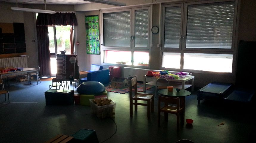Volets fermés dès le matin pour conserver la fraîcheur dans la classe