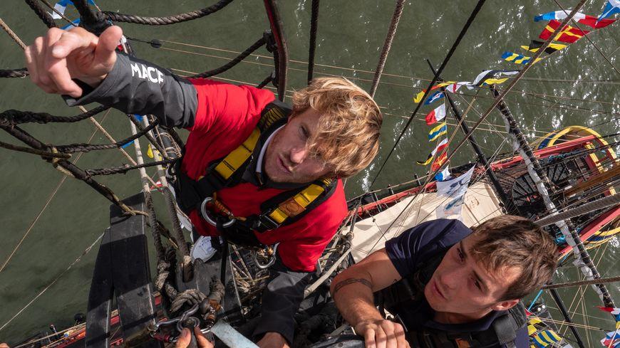 Le skipper François Gabart est monté tout en haut du grand mât de l'Hermione.