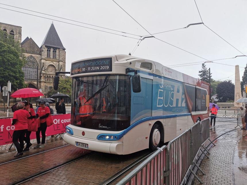 Avec 30 kg d'hydrogène stockés dans des bouteilles, ce bus pourra parcourir plus de 300 kilomètres.