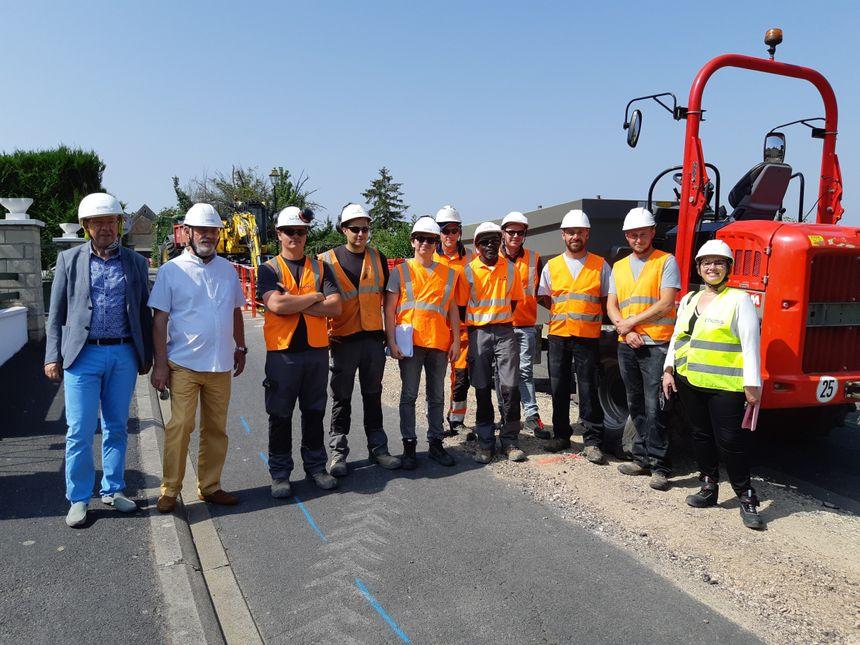 L'équipe sur le terrain à Ranville en présence d'élus venus visiter le chantier