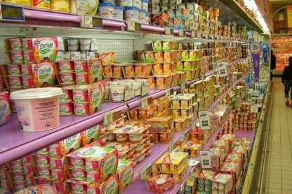 Rayon des produits laitiers d'un supermarché