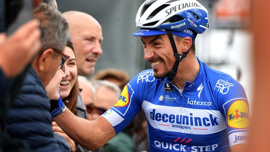 Julian Alaphilippe salue des fans lors du Critérium du Dauphiné