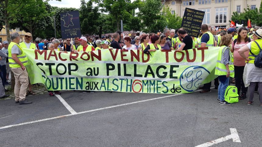 """Une banderole """"soutien aux Alsthommes de General Electric"""""""