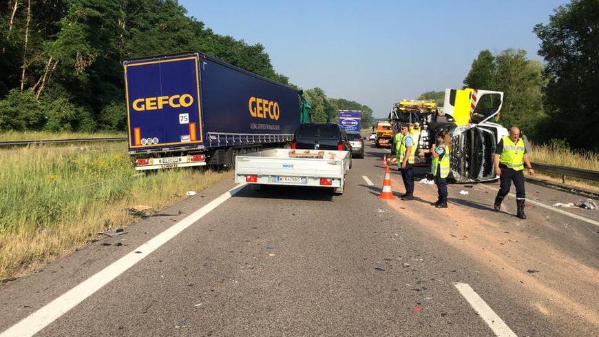 Un fourgon de la Sanef a été percuté par un camion alors qu'il sécurisait les voies après un premier accident.
