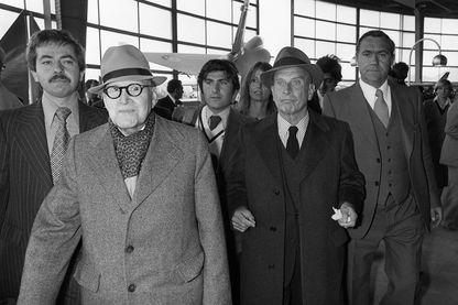 Marcel Dassault, né Marcel Bloch (chapeau gauche), président du groupe aéronautique français Dassault Aviation et député du Val d'Oise arrive avec Pierre de Benouville (chapeau droite) au Salon du Bourget, le 3 juin 1977.