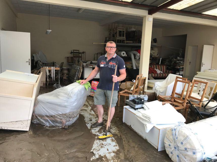 Un habitant de la rue Papin s'attaque au nettoyage de son pavillon