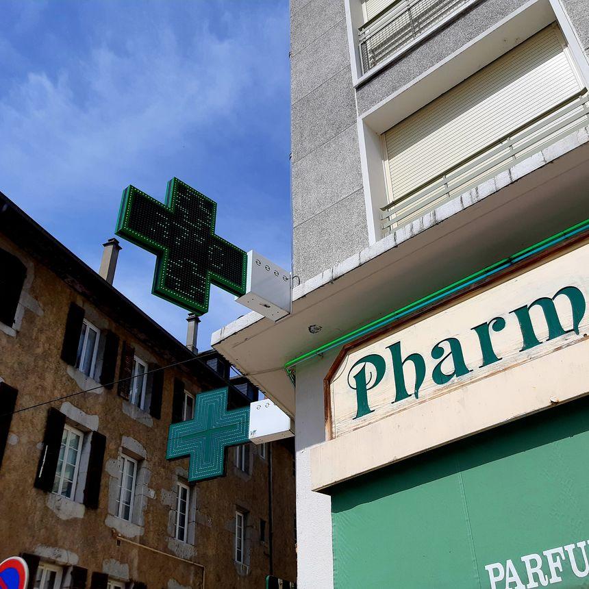 Au fronton de la pharmacie, juste à côté de l'école : 37 °