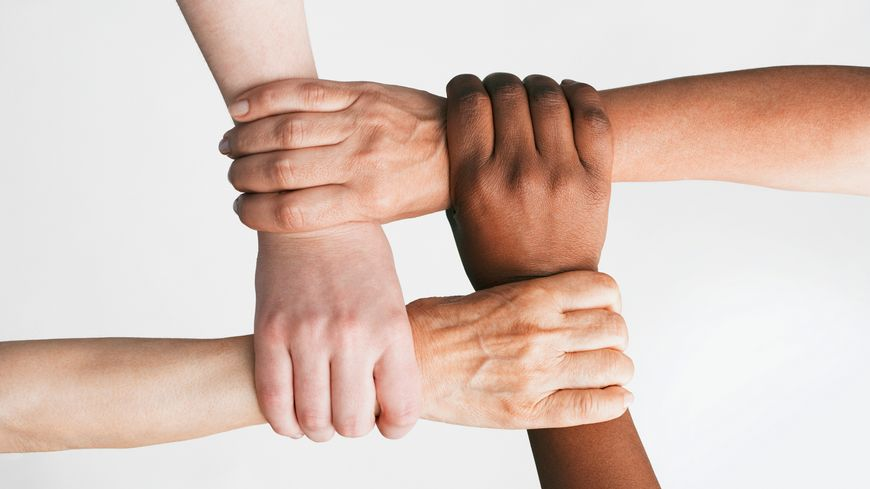 Illustration : ensemble. Multi-ethnic women holding wrists - Photos