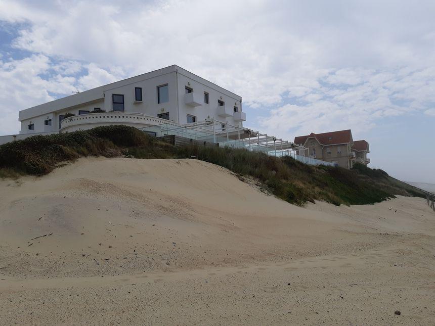 """La terrasse du grand hôtel de la plage et la résidence balnéaire """"La Rafale"""" sont sous la menace d'un glissement de terrain selon le cabinet d'études Alios"""