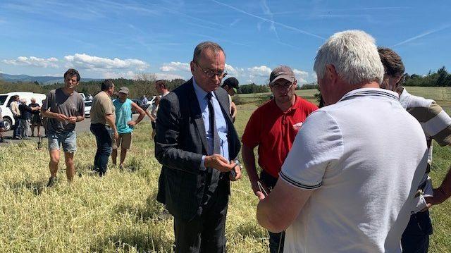 Evence Richard aux côtés des agriculteurs touchés par les orages du samedi 15 juin.