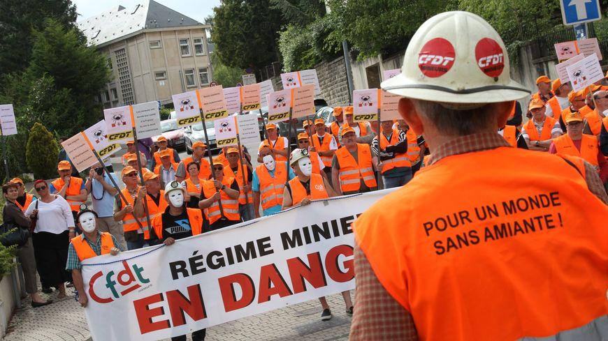 Les anciens mineurs de Moselle sont notamment soutenus par la CFDT, comme ici, lors d'une manifestation à Forbach en 2014.