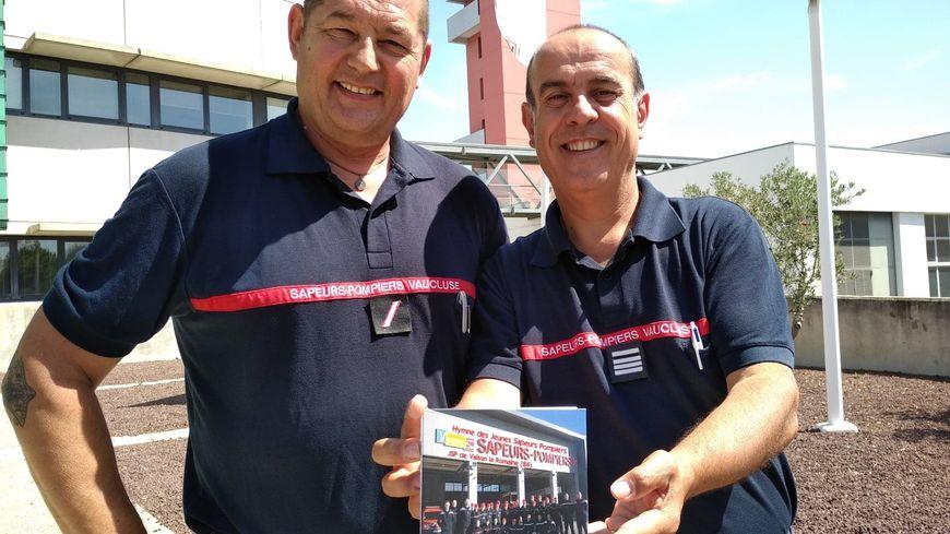 CD en main, Alain Defossé responsable de l'Ecole des Jeunes Sapeurs Pompiers de Vaison-la-Romaine et le Commandant Michel Santamaria président de l'Union départementale