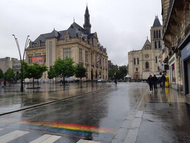 Les passages piétons décorés aux couleurs arc-en-ciel, à l'occasion de la première marche des fiertés des banlieues le dimanche 9 juin à Saint-Denis