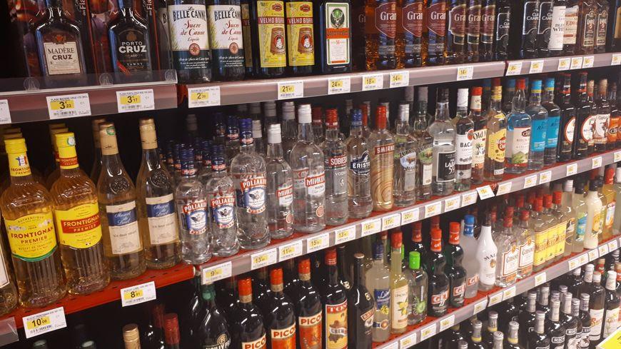 Dans cette supérette de Brest, le rayon des alcools forts est placé devant les caisses pour dissuader les mineurs
