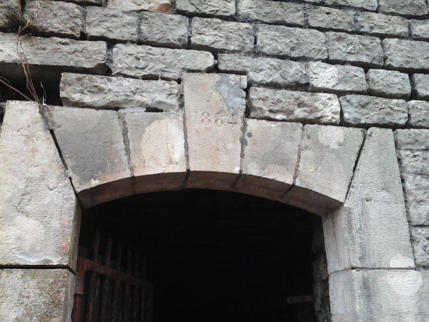 La Tour Carrée, blockhaus d'infanterie équipé d'embrasures de tir, placé entre le Fort de Lomont et la Batterie des Roches à 720 m d'altitude, plus tard poste observatoire de la Résistance