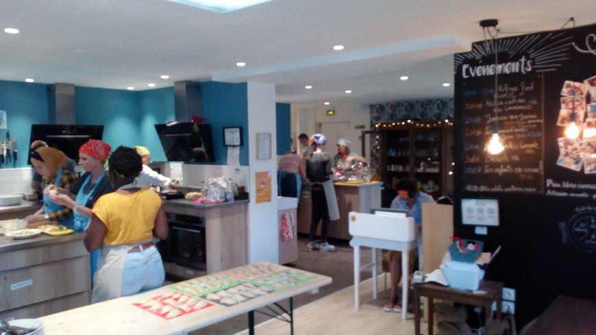 """Mercredi 19 juin, une dizaine de cuisiniers amateurs ont préparé le menu proposé par la cheffe invitée du jour, la réfugiée syrienne Chérine Al Assali, aux """"Petites Cantines"""" de Croix."""