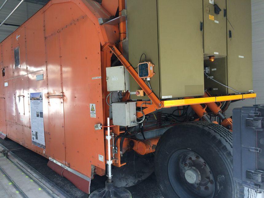 C'est cette machine qui permettra de tester la résistance de la route. En 1 mois elle simule la circulation de 20 ans
