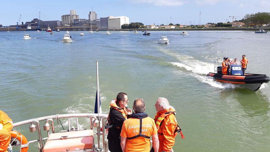 Le canot de la SNSM de Bayonne a été rejoint par plusieurs bateaux sur l'Adour ce jeudi pour cet hommage.