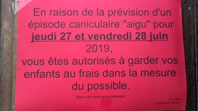 Des affiches comme celles ci ont été placardées sur les portes des écoles