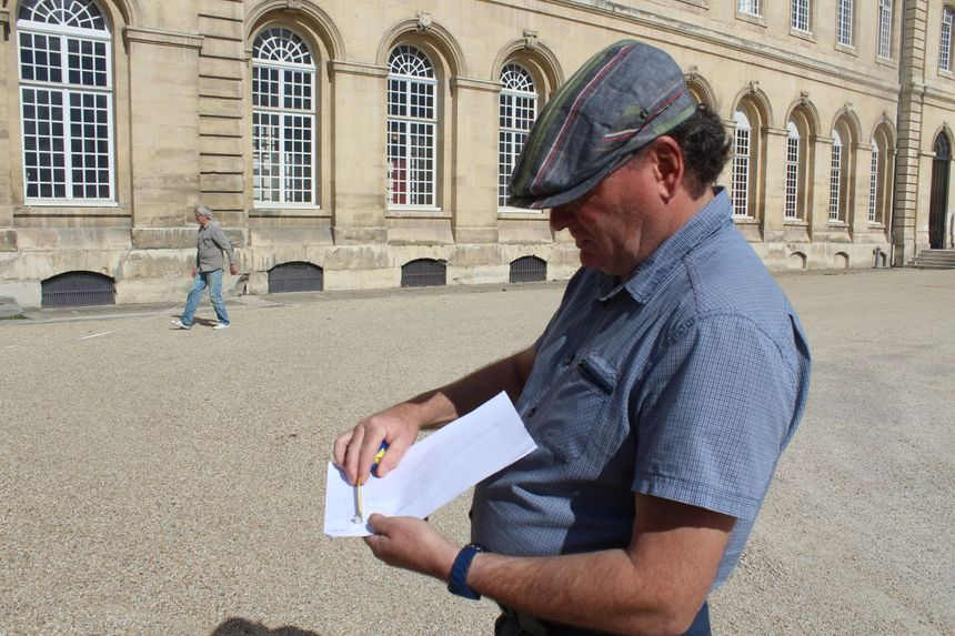 Luc Duncombe, le président de l'association Les Petits Carrés de Caen, prend les mesures sur le plan du rucher.