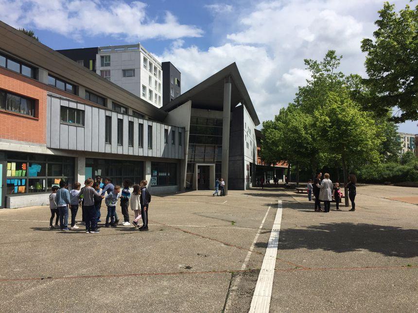 Dans la cour de récréation de l'école Louise-Michel, tous les enfants se côtoient, par-delà le handicap. - Radio France