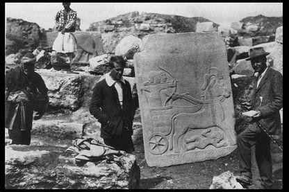 Les archéologues Leonard Woolley et T.E Lawrence devant un bas-relied hittite à Karkemish en 1913