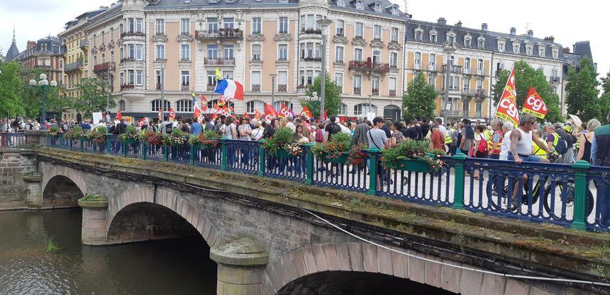 Les manifestants sur le pont Carnot de Belfort, direction la préfecture.