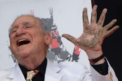 """Mel Brooks avait six doigts à la main gauche. Il la montre lors du 40ème anniversaire de son film """"Young Frankenstein"""" au cinéma TCL Chinese à Hollywood"""