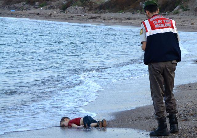 La dépouille du petit Aylan, retrouvé sur une plage de Turquie.