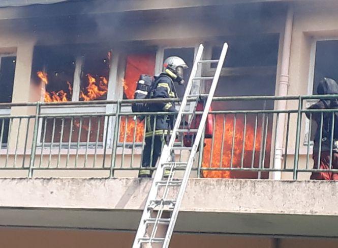 Une pièce de la maison est la proie des flammes